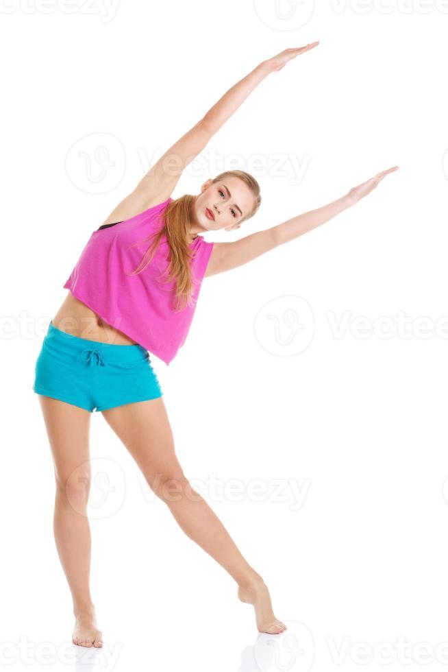 bella donna caucasica sta facendo esercizi. foto