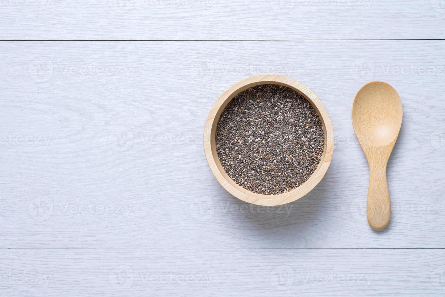 semi di chai in ciotola di legno foto