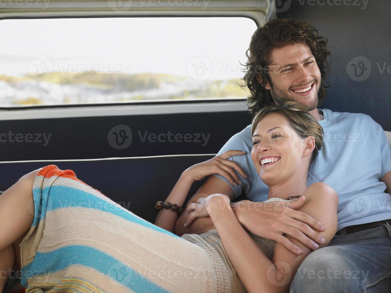 coppia rilassante in camper durante il viaggio foto