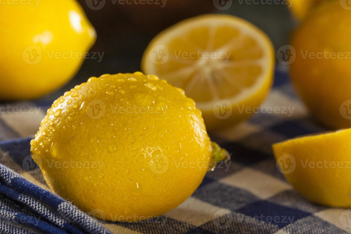limoni gialli organici su uno sfondo foto