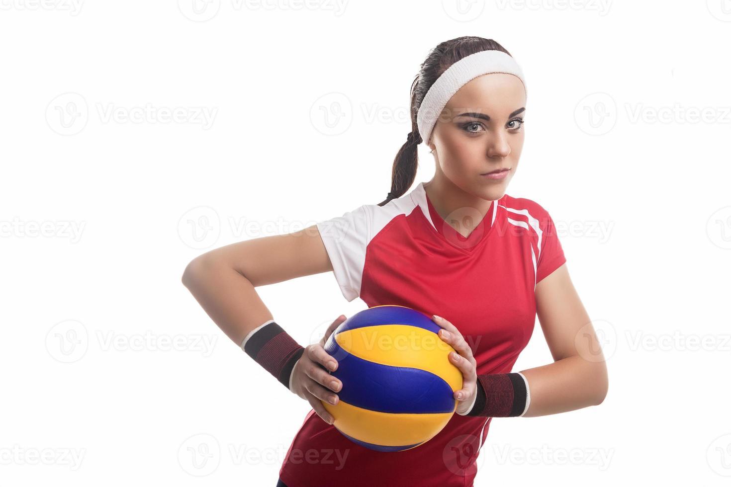 giocatore di pallavolo femminile professionale caucasico volitivo equipaggiato in attrezzatura di pallavolo foto