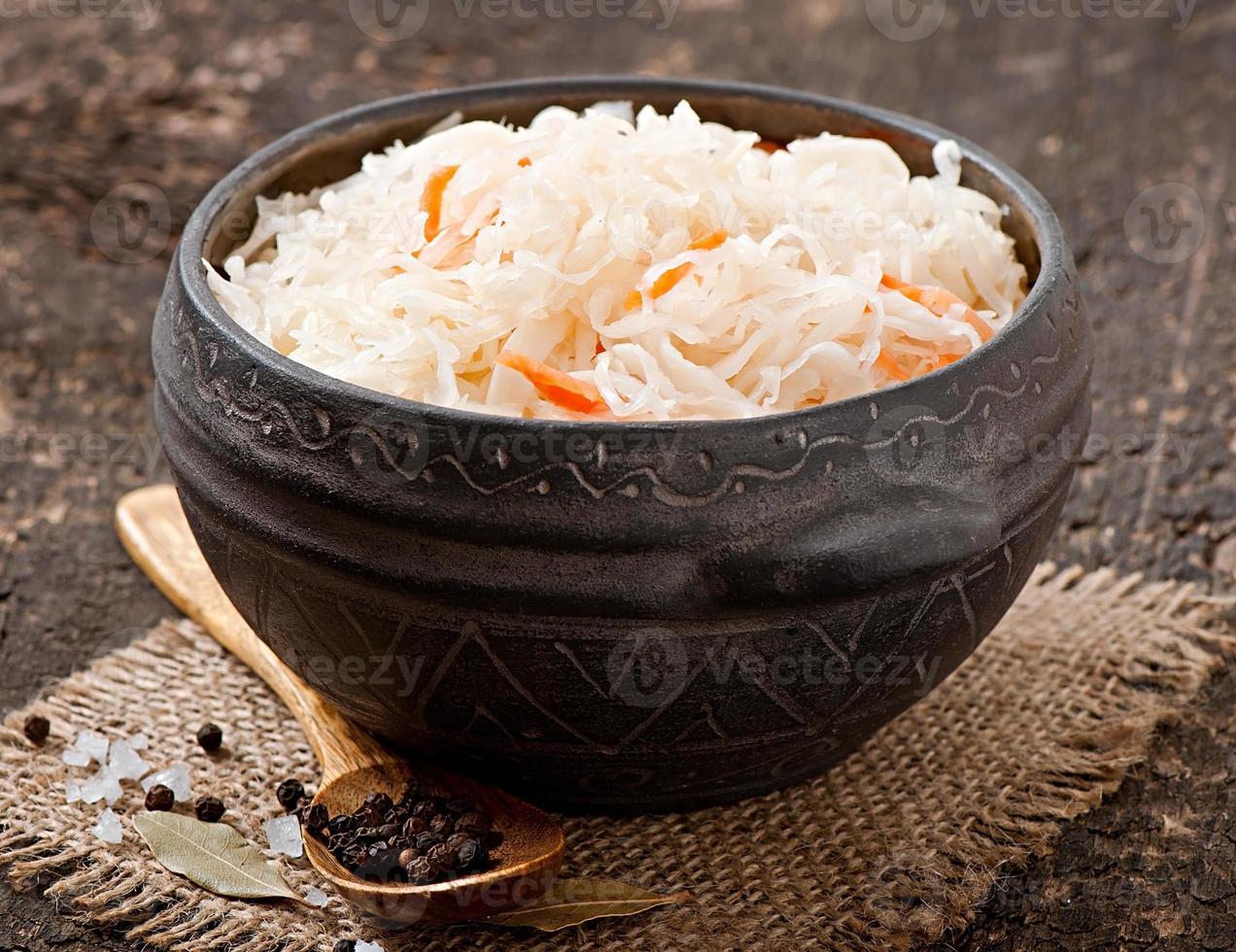 crauti con carota in ciotola di legno foto