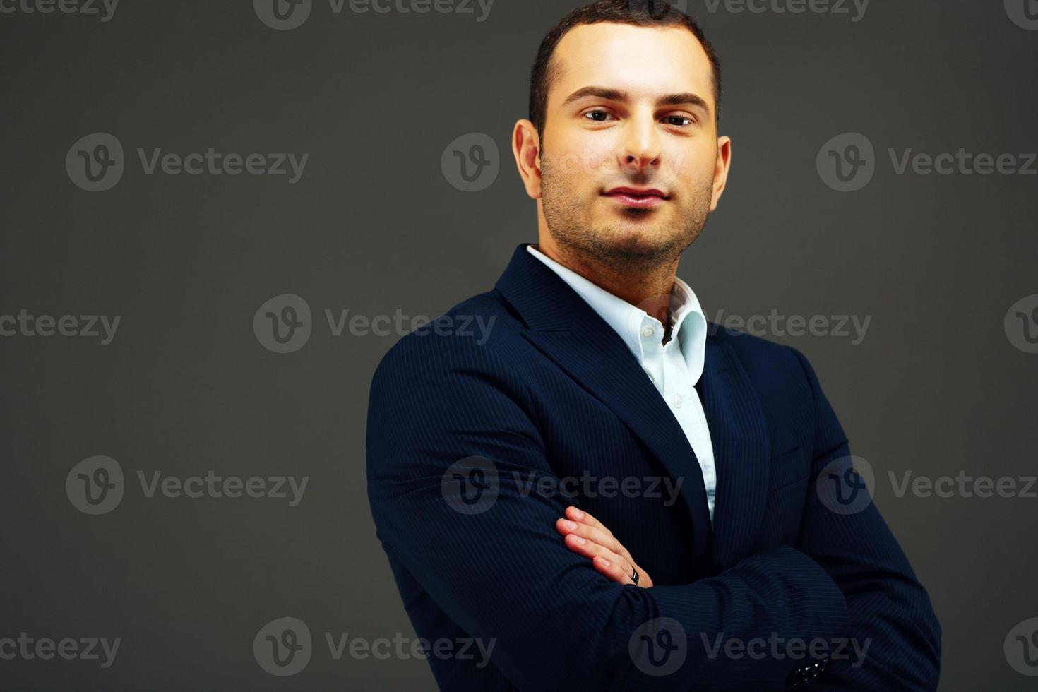 uomo d'affari con le braccia conserte foto