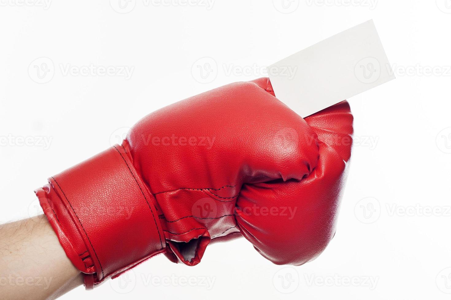 mano in guantoni da boxe in possesso di biglietto da visita foto