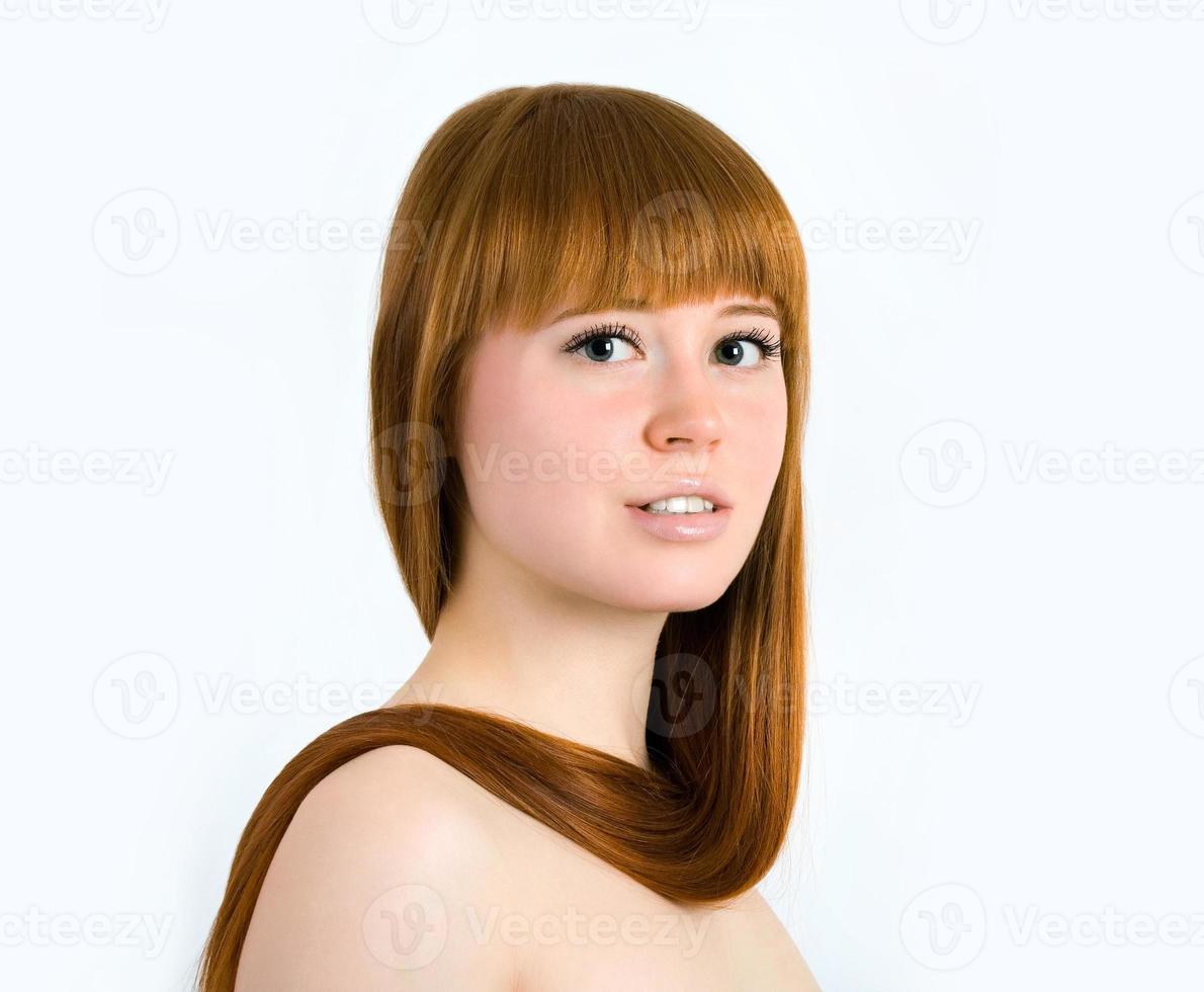 bella giovane donna dai capelli rossi con i capelli lisci di lunga bellezza foto