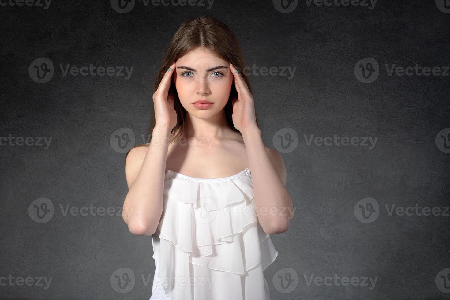 la ragazza mostra di avere mal di testa foto