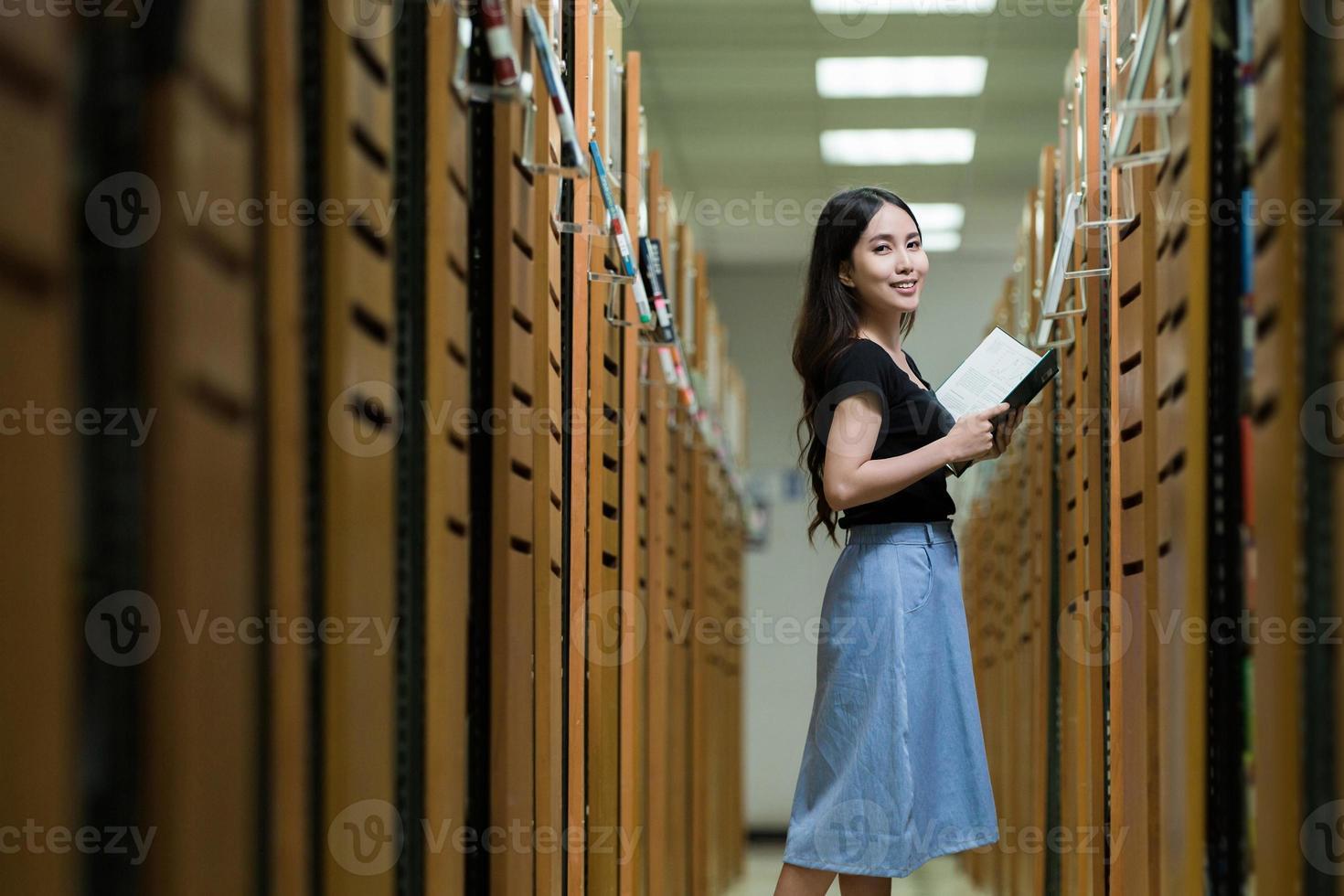 studenti in biblioteca foto