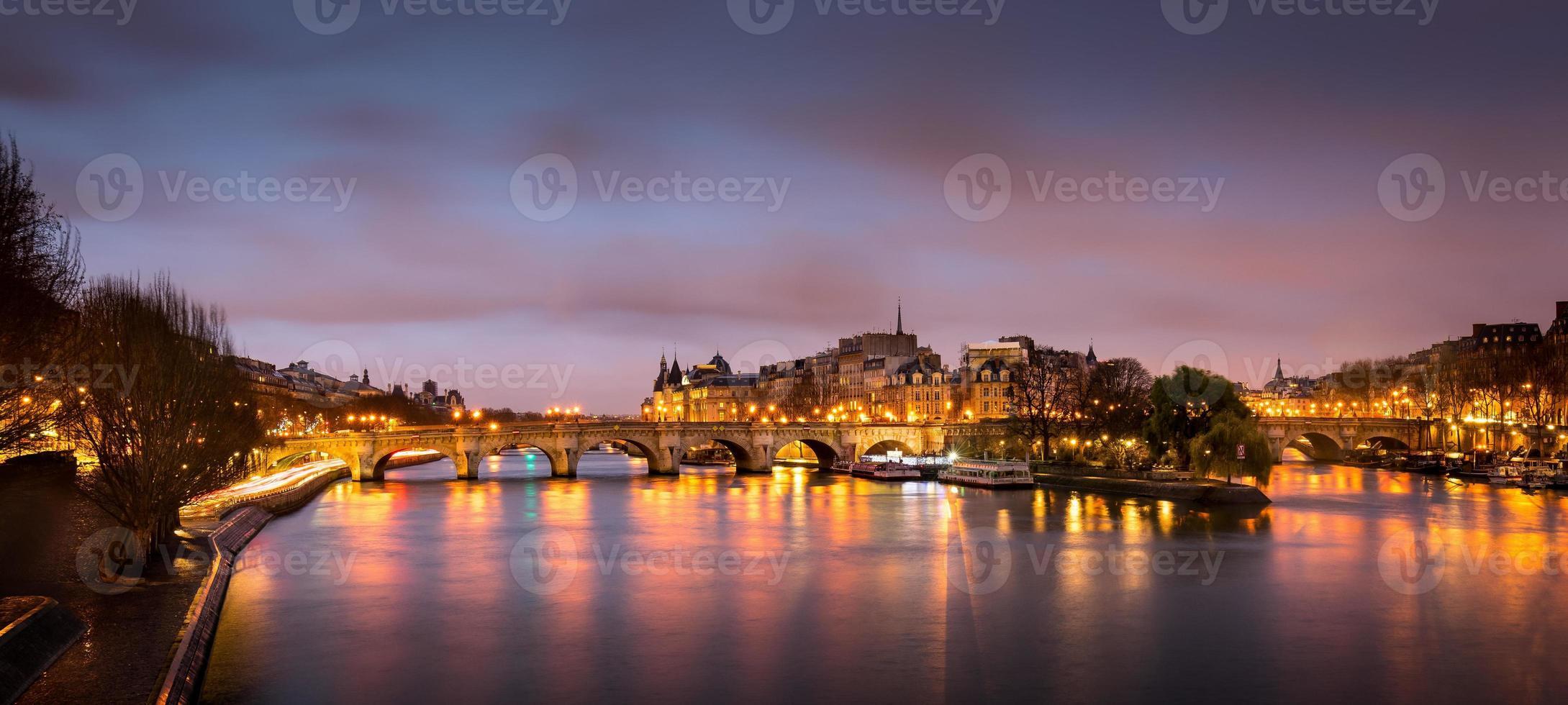 Parigi Ile de la Cité e Pont Neuf all'alba foto