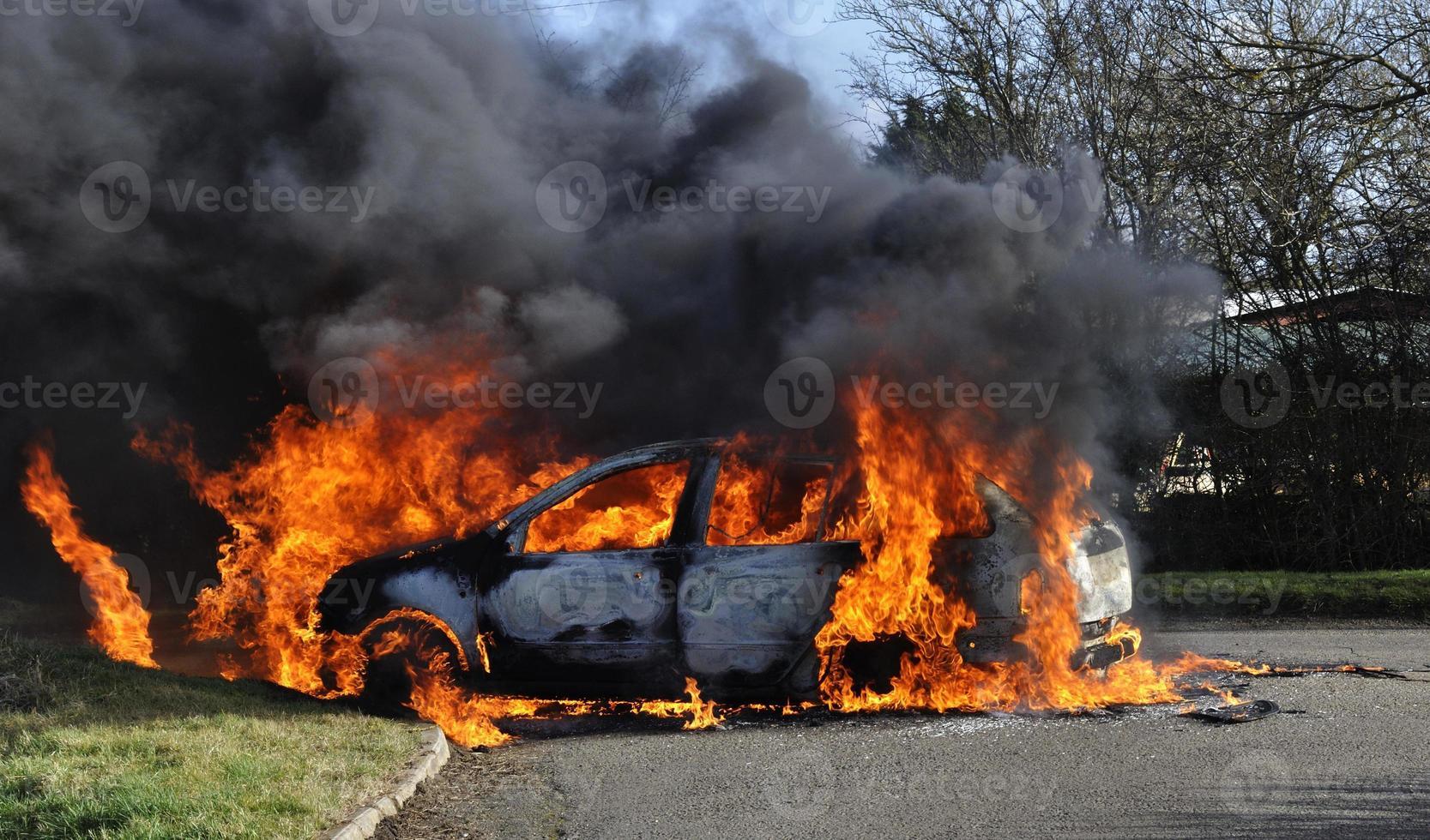 macchina in fiamme foto