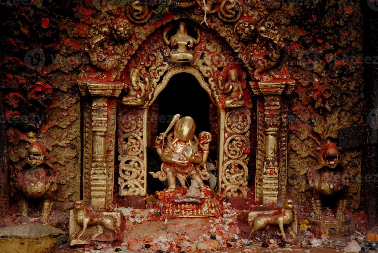 Dea bronzea al tempio indù in Nepal. foto