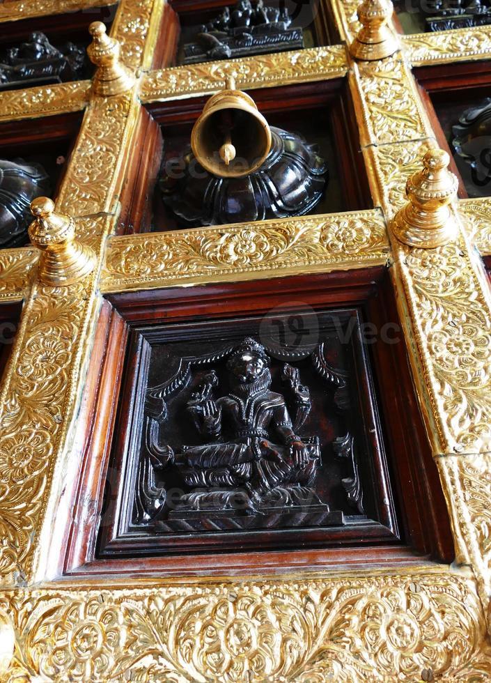porta del tempio con campana e incisione foto