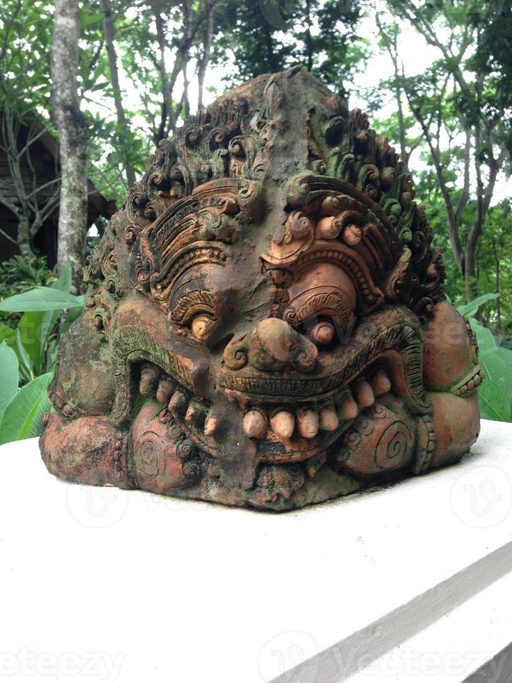 statua di rahu (il gigante nero che mangia la luna) foto