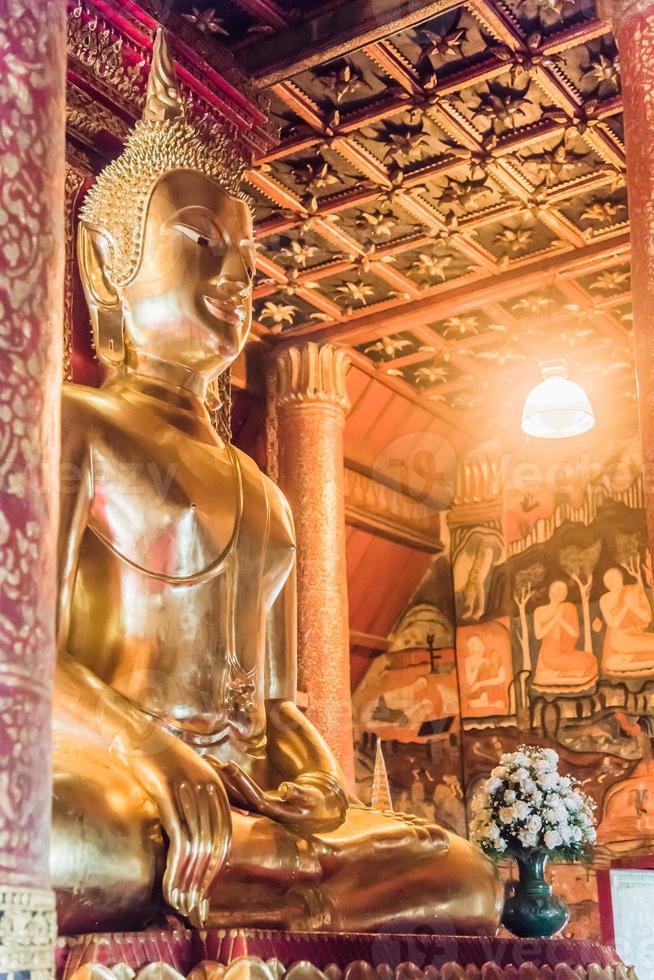 bellissimo Buddha d'oro in Thailandia foto