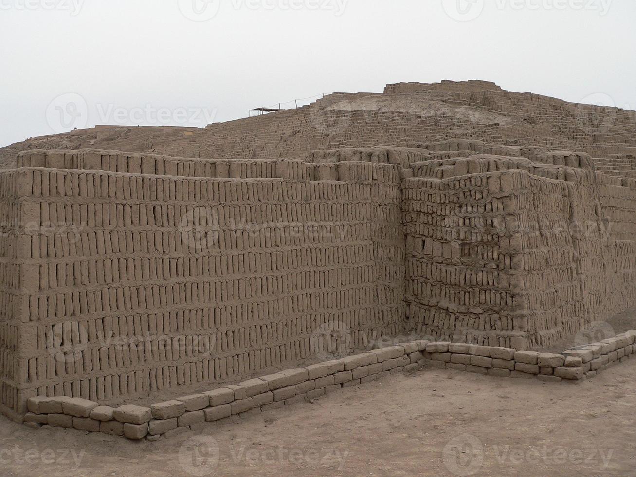 piramide di huaca pucllana a lima foto