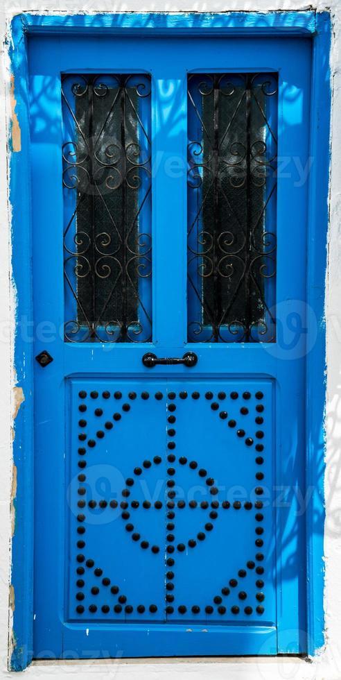 porta blu con ornamento come simbolo del sidi bou detto foto