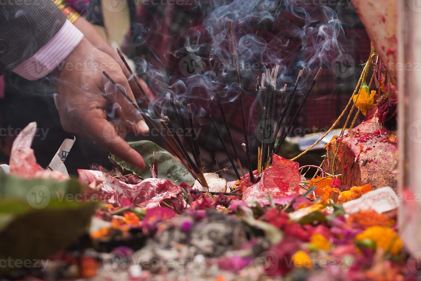 offrendo nel tempio induismo in Nepal foto