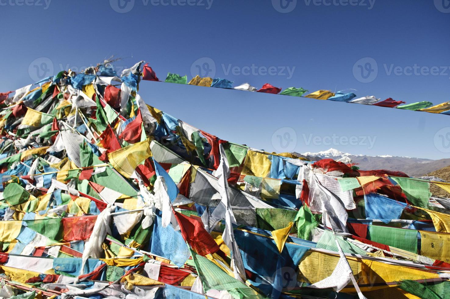 bandiere buddisti di preghiera in Tibet foto