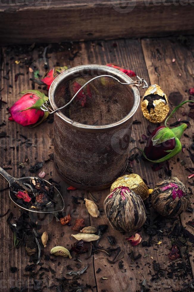 accessori per il tè in una scatola di legno vintage foto