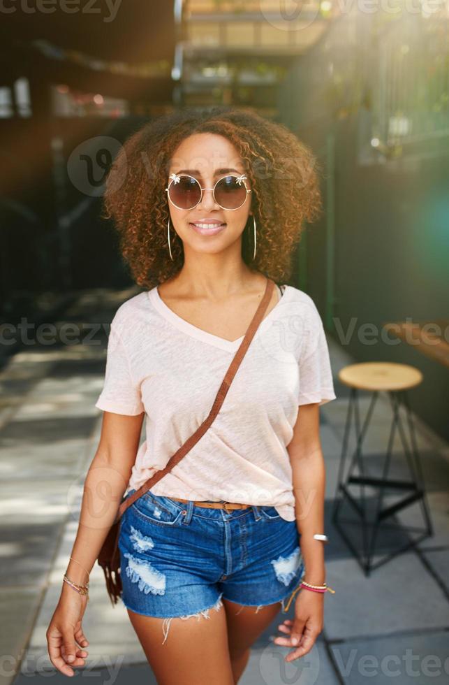donna africana alla moda all'aperto foto