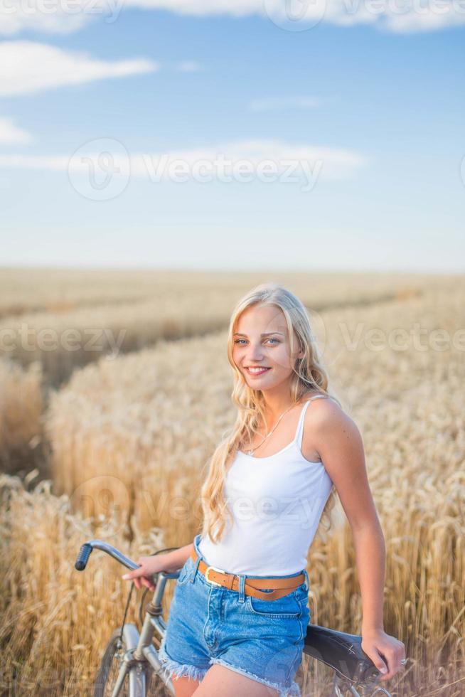 la ragazza sta sorridendo nel campo foto