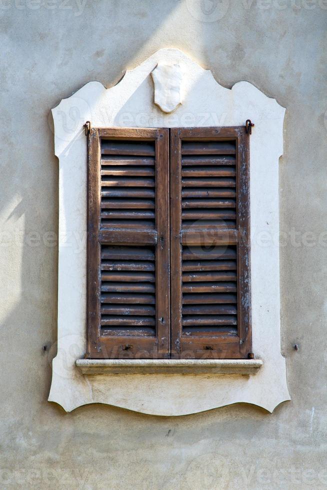 venegono varese italy abstract finestra veneziana in th foto