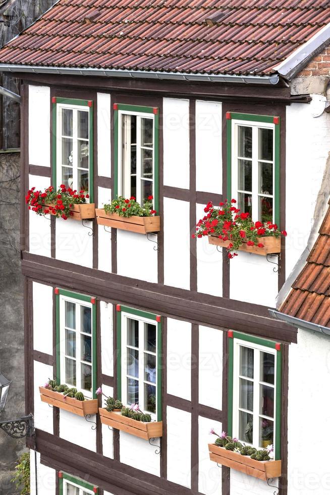 facciata di una casa a graticcio nella città di Quedlinburg, Germania foto