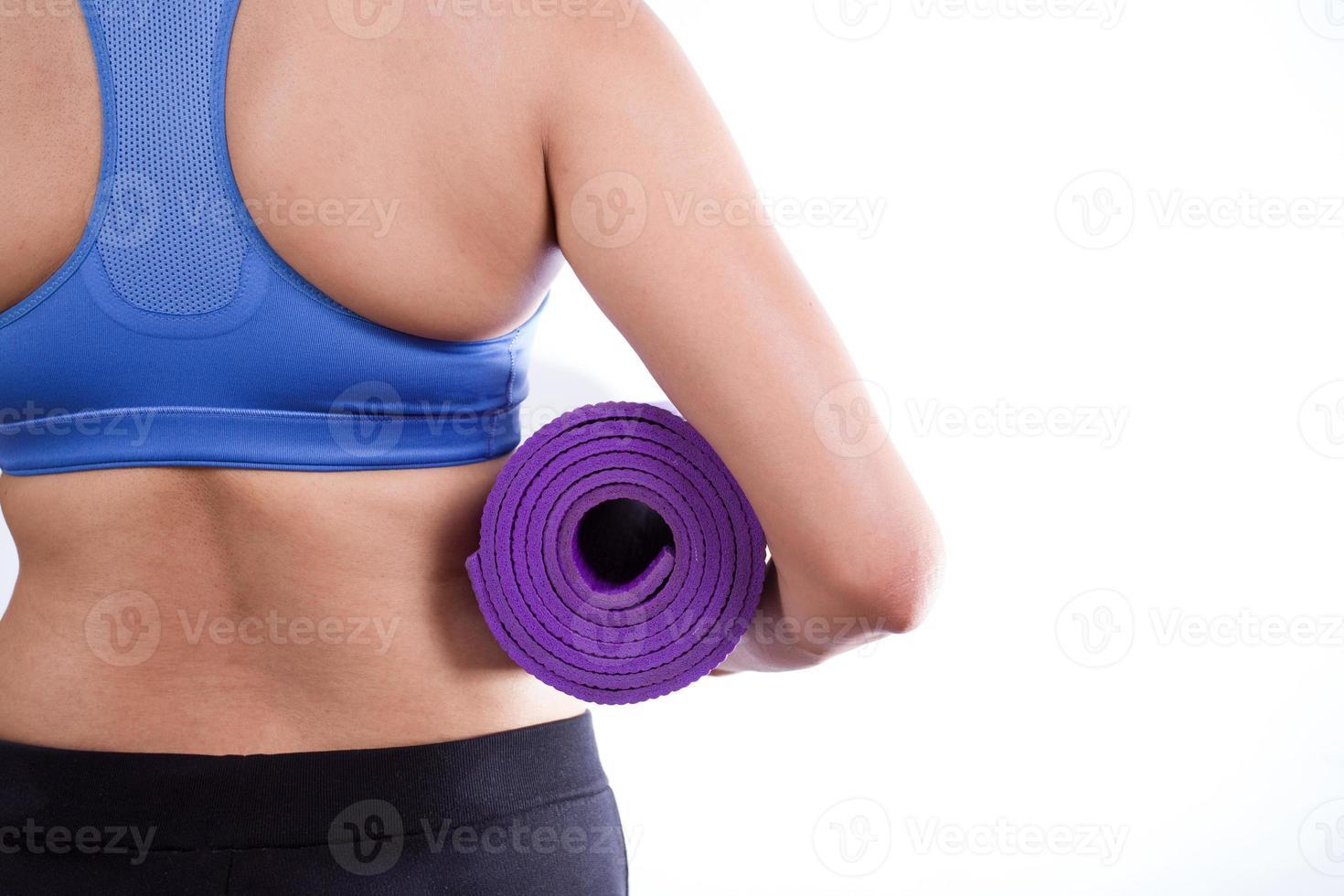 donna grassa che tiene una stuoia di yoga foto