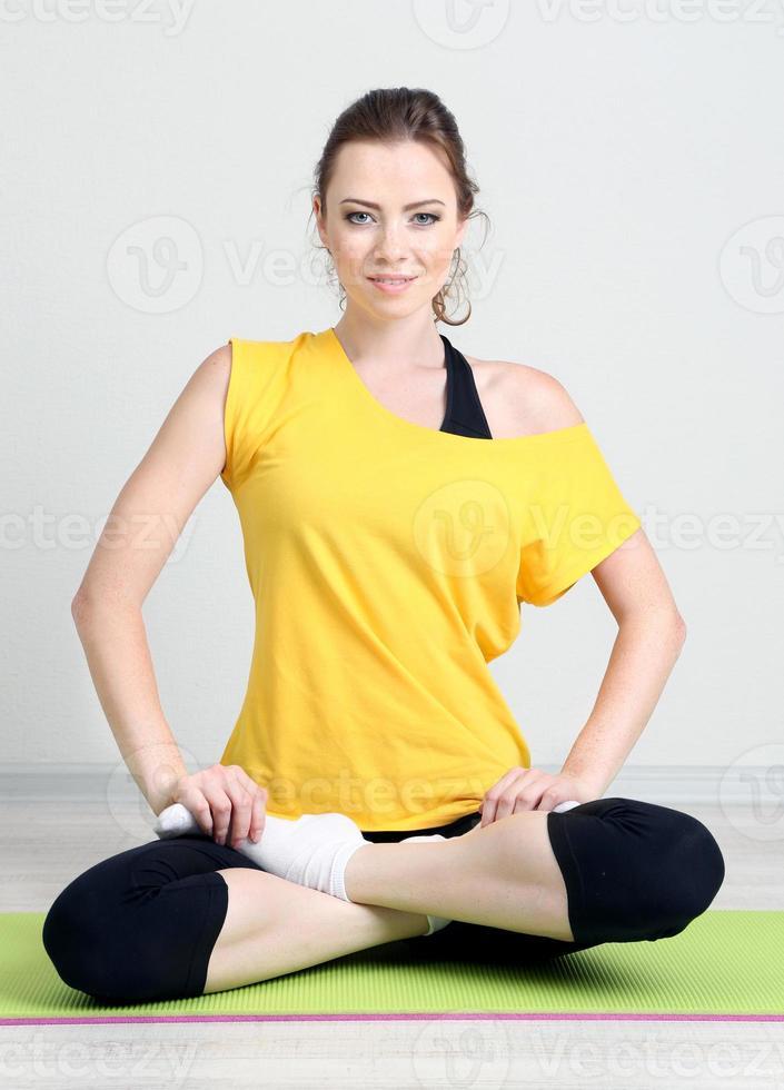 Ritratto di esercizi di bella giovane donna foto