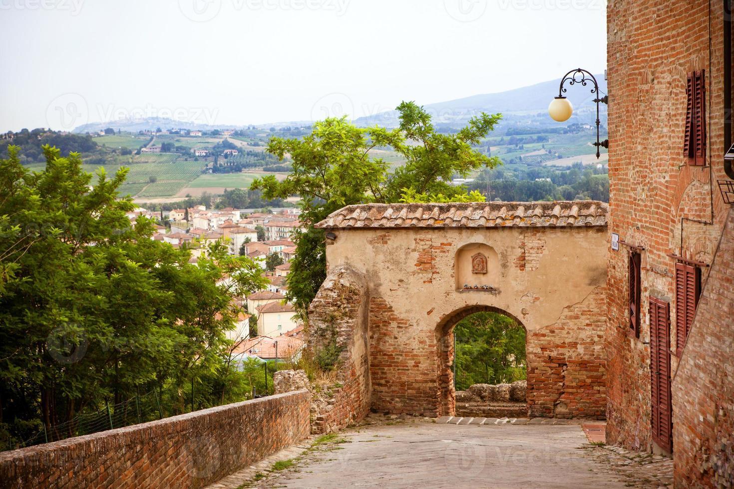 strada nel centro storico di certaldo, italia foto
