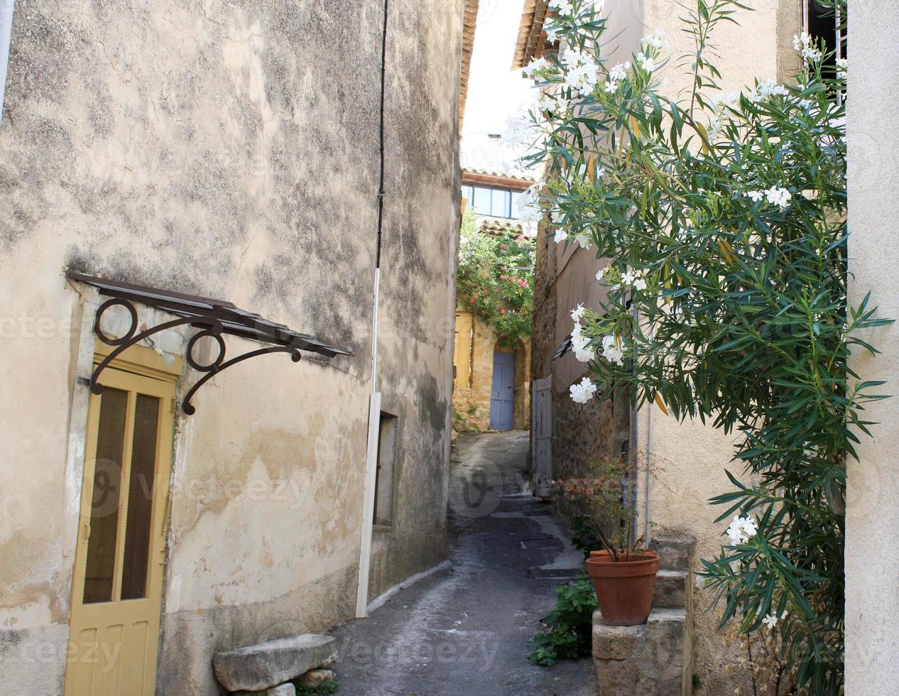 vicolo nel piccolo villaggio francese foto