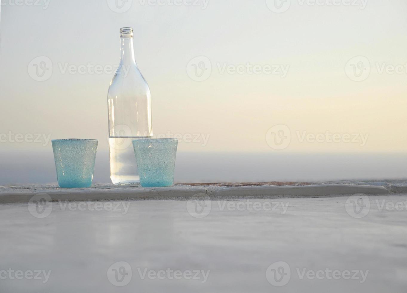 bouteille d'eau avec verres foto