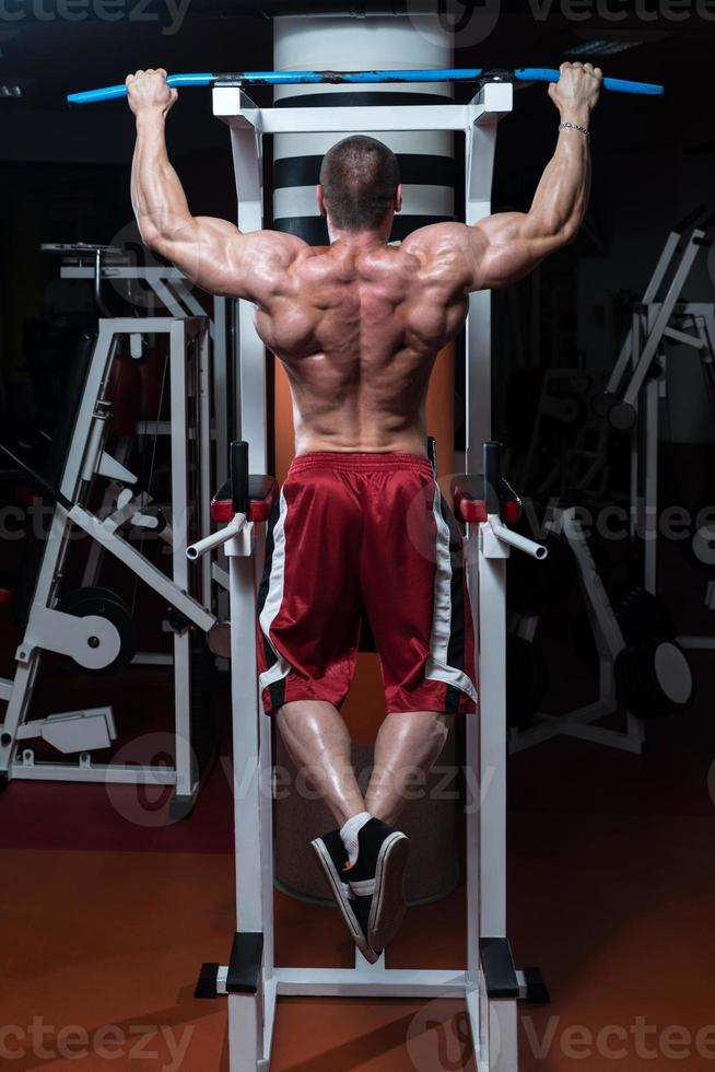 culturista che fa esercizio per la schiena foto