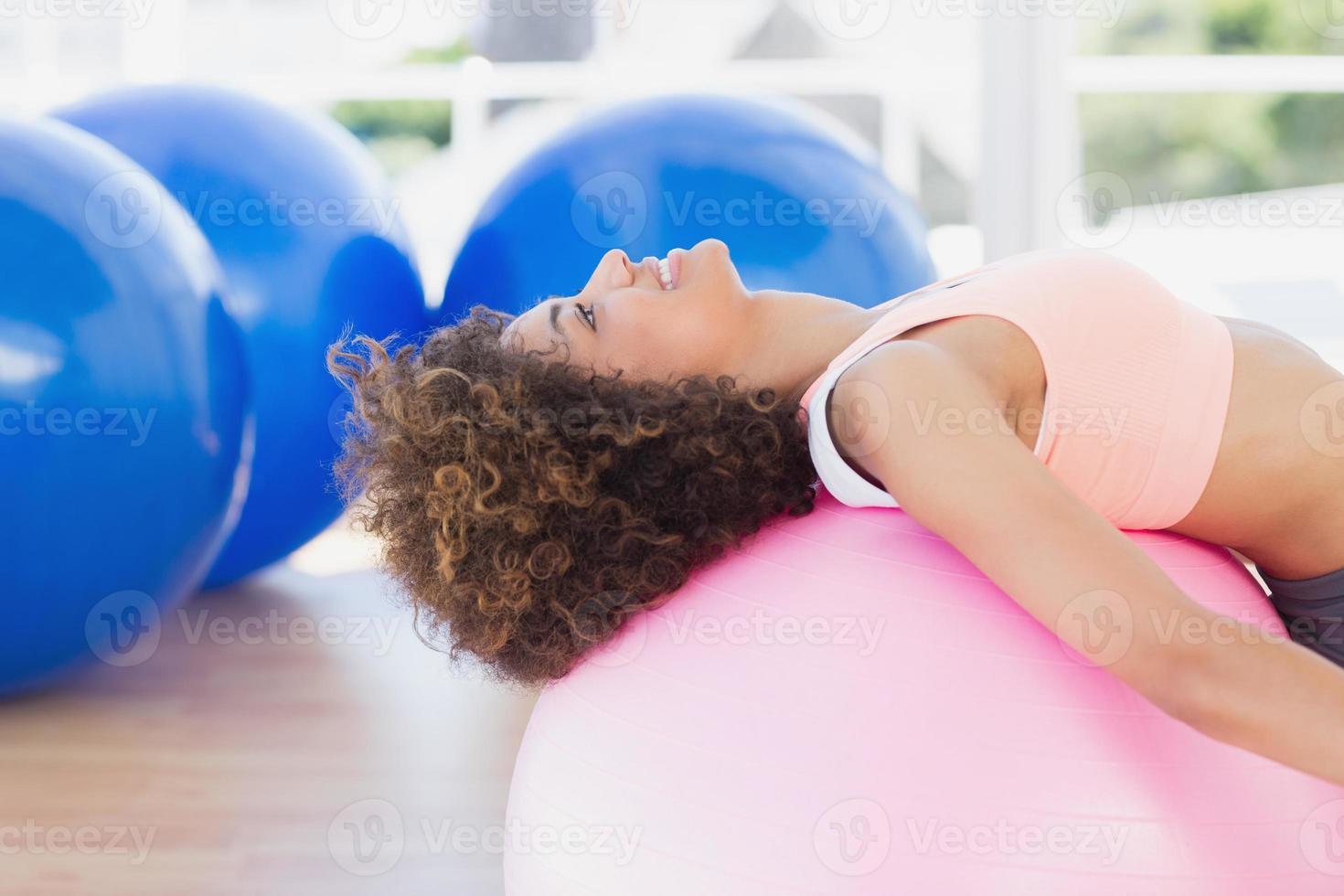 vista laterale di una giovane donna in forma esercitando foto