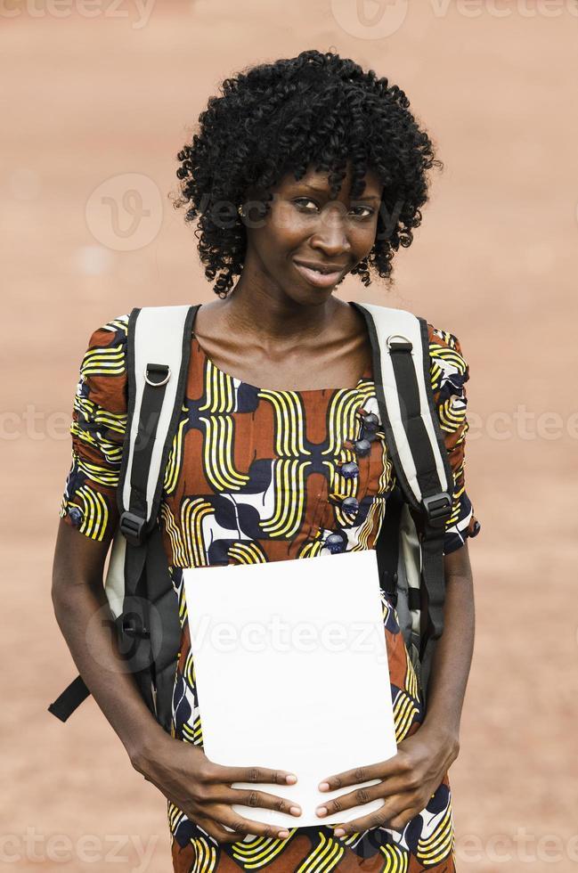 donna di colore africana con quaderno e sacco foto