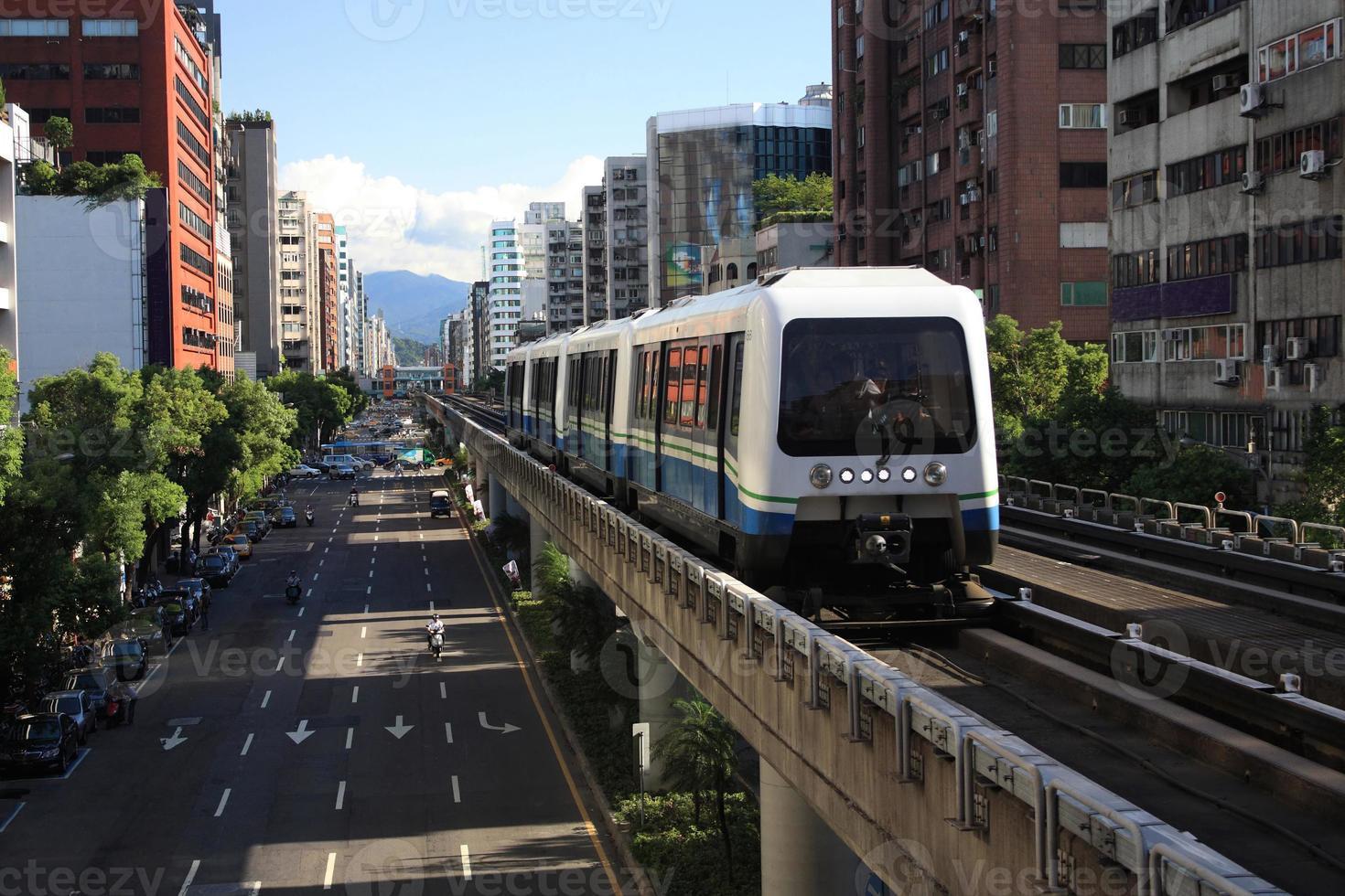 un autobus sul sistema di transito rapido di Taipei foto