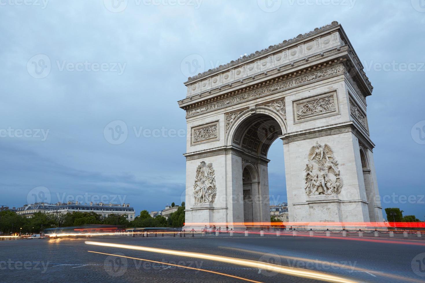 L'arco di trionfo a Parigi la sera foto