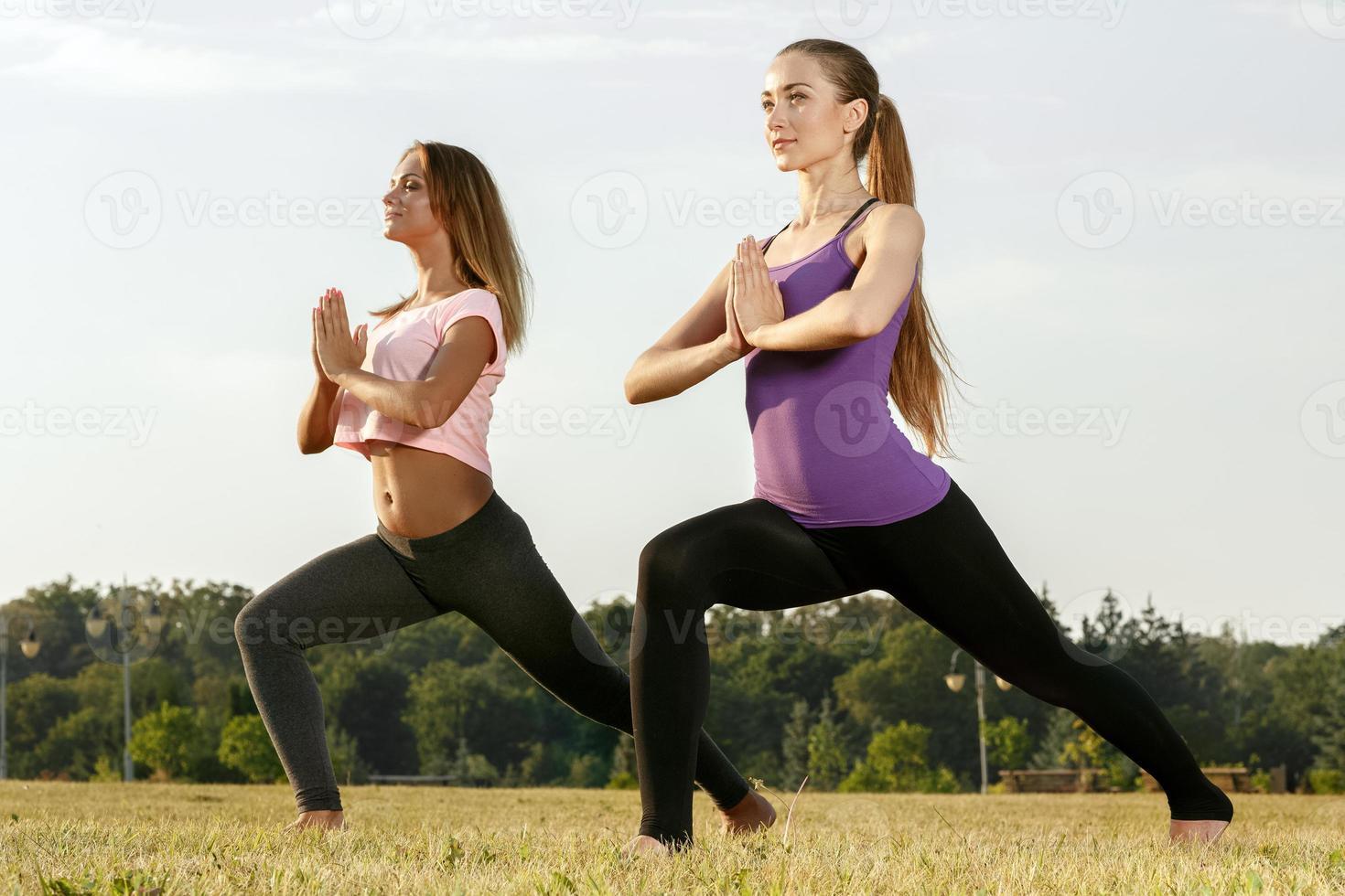 due belle ragazze che meditano all'aperto foto