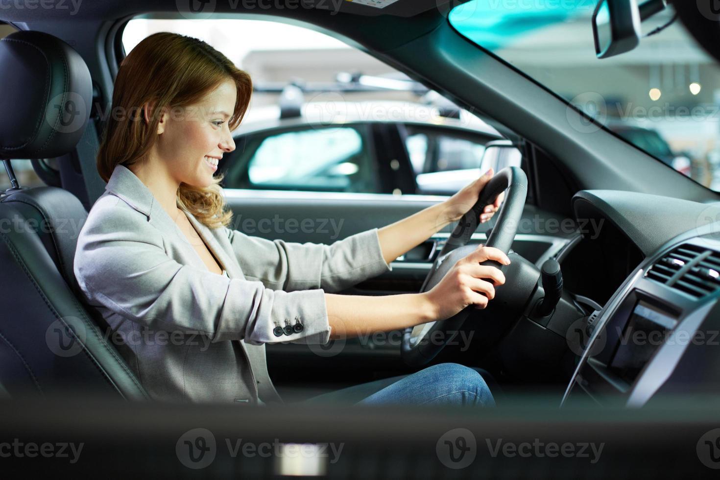 test di donna caucasica alla guida di auto nuove foto
