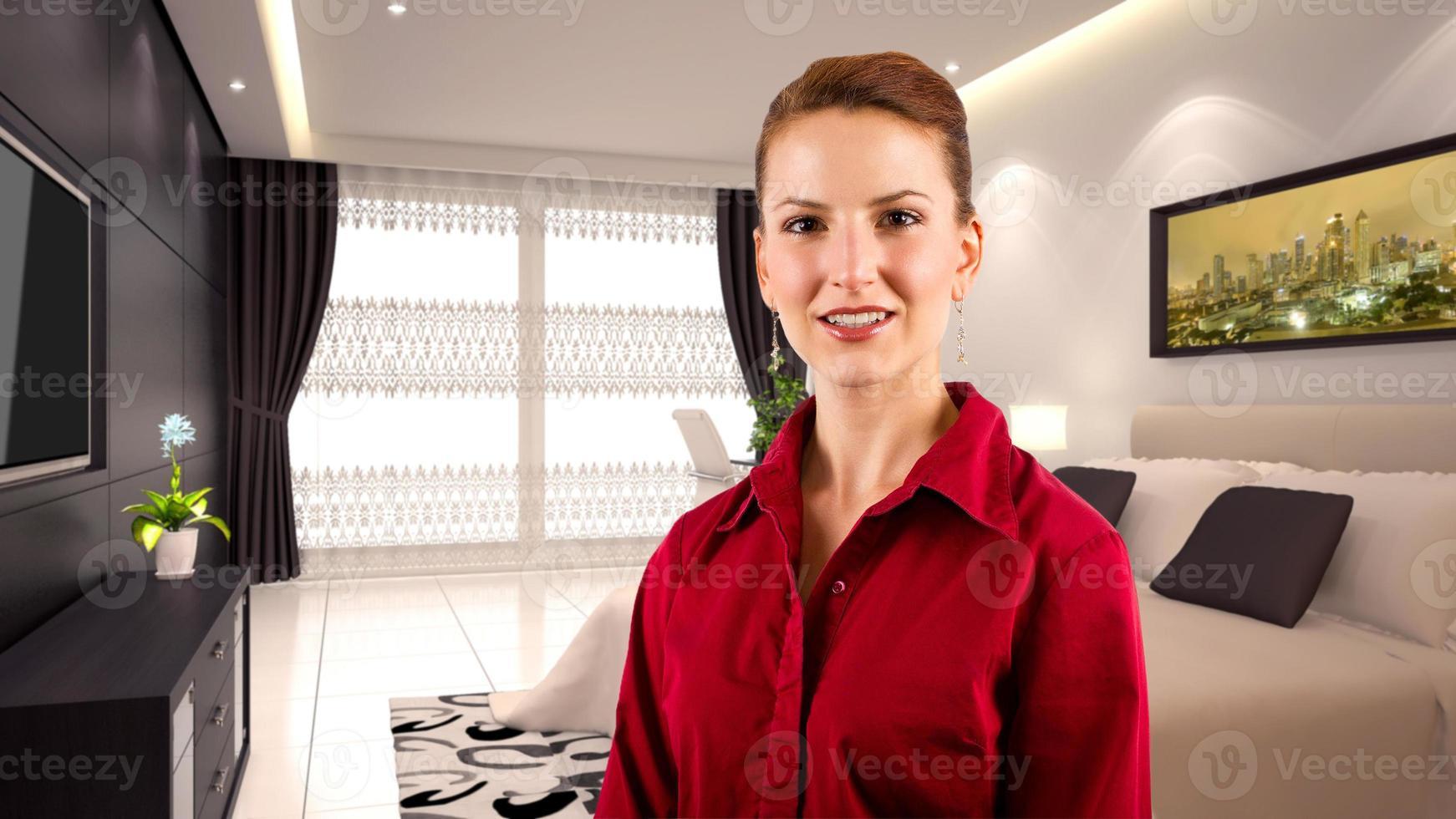 donna di affari caucasica di viaggio in un interno dell'hotel foto
