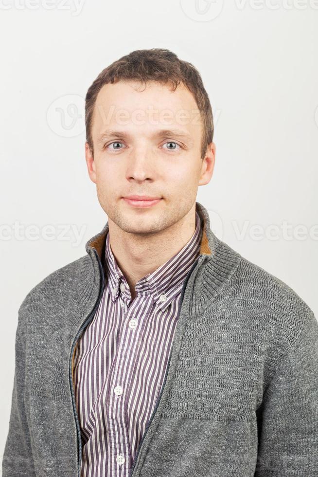 giovane uomo caucasico sorridente in abbigliamento casual foto