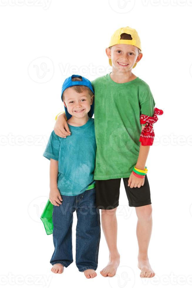 persone vere: fratelli caucasici ragazzini che indossano il cappellino da baseball foto