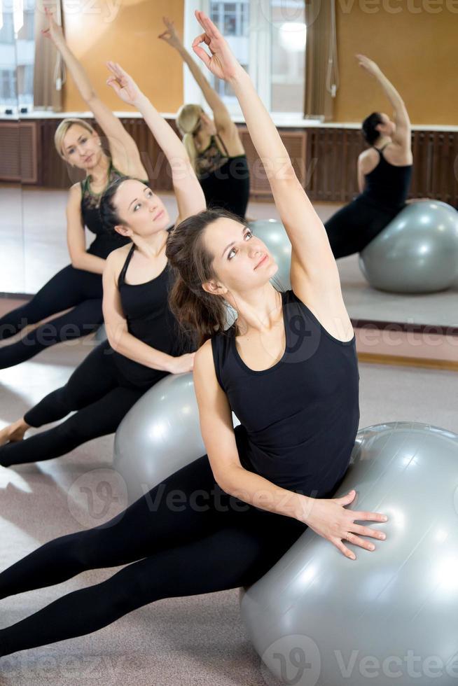 un gruppo di giovani donne pratica su fitballs di pilates foto
