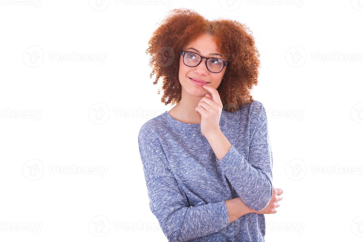 giovane ragazza afro-americana, alzando lo sguardo, isolato su briciolo foto