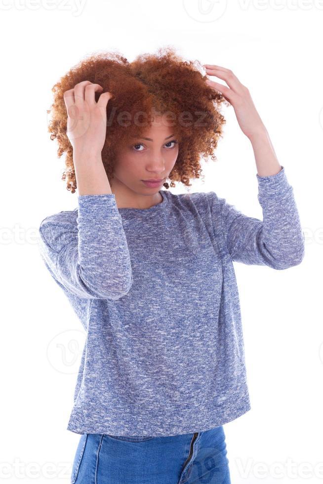 giovane ragazza afro-americana che tiene il suo groviglio riccio h foto