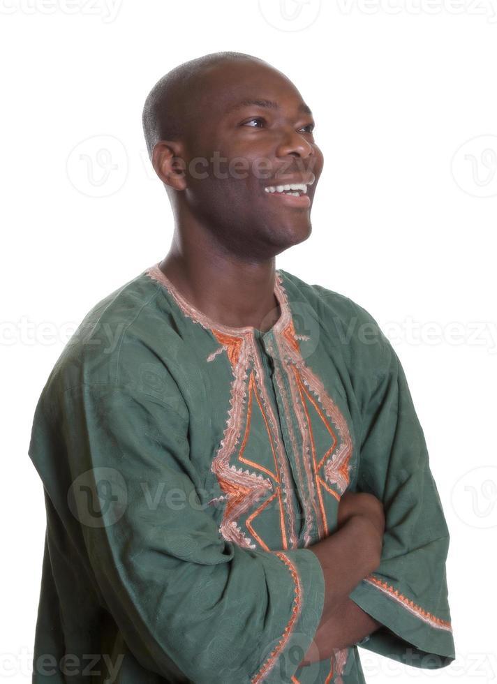 uomo africano con abiti tradizionali guardando lateralmente foto