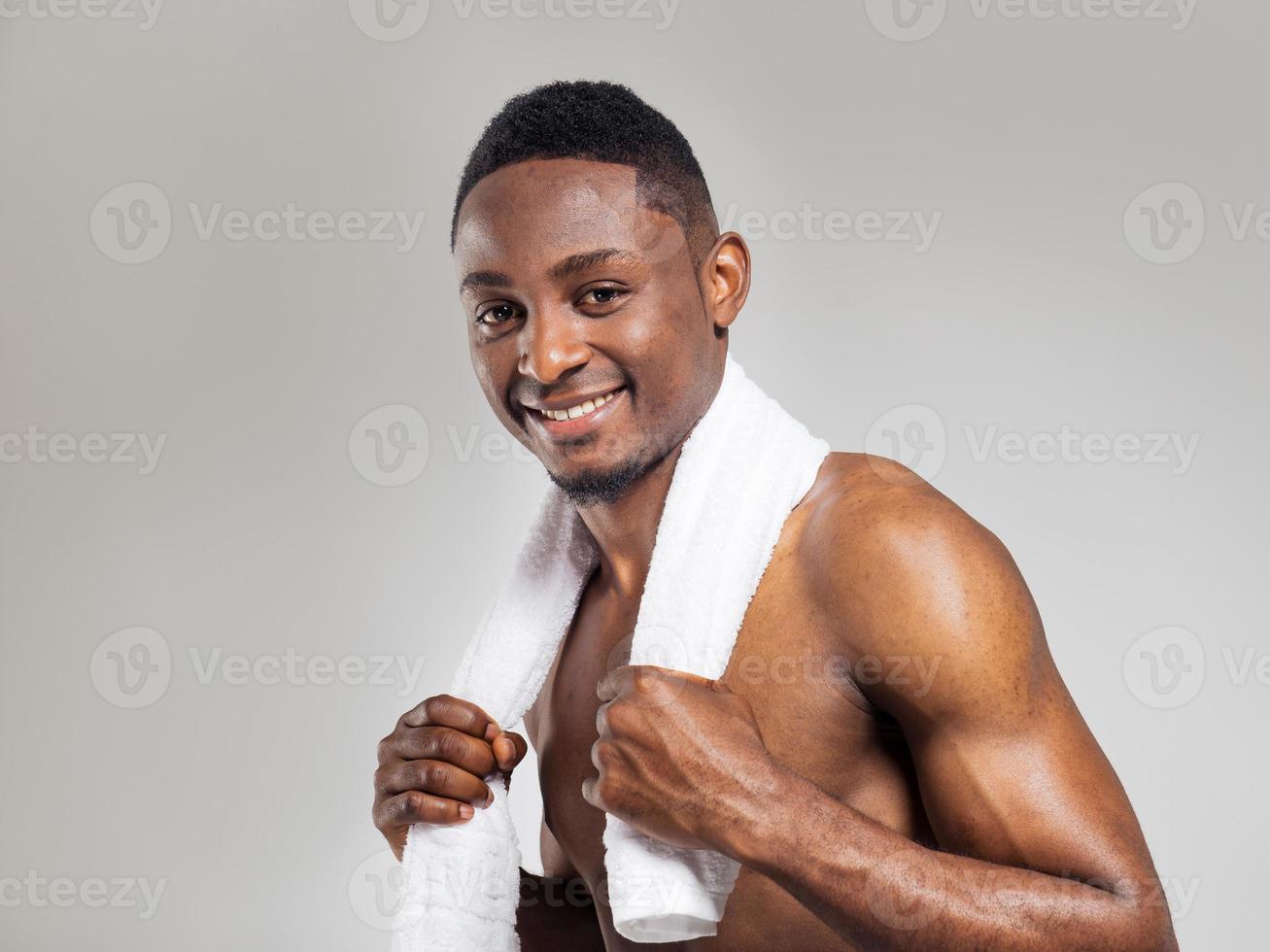 pompato uomo afroamericano dopo allenamento foto