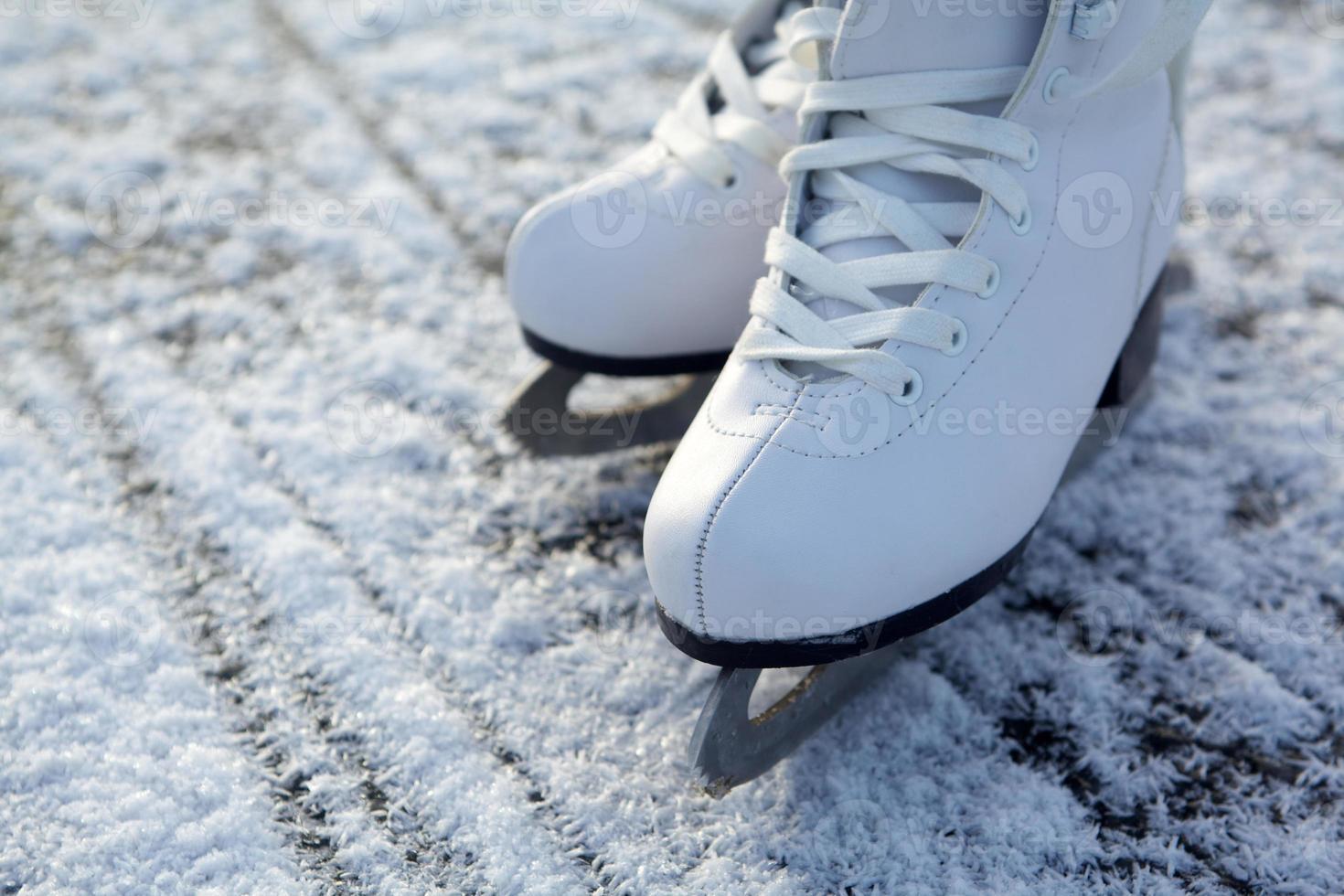 pattini da ghiaccio sul ghiaccio foto
