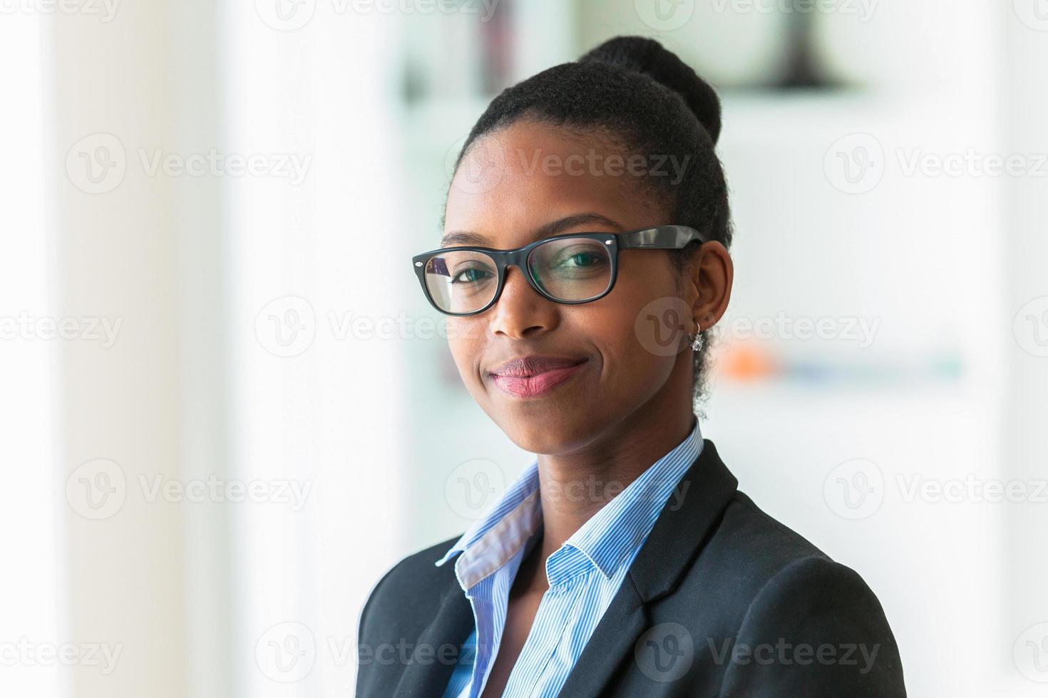 Ritratto di una giovane donna d'affari afroamericana foto