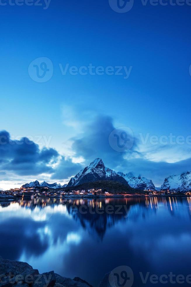tramonto nel villaggio di reine, isole lofoten, norvegia foto