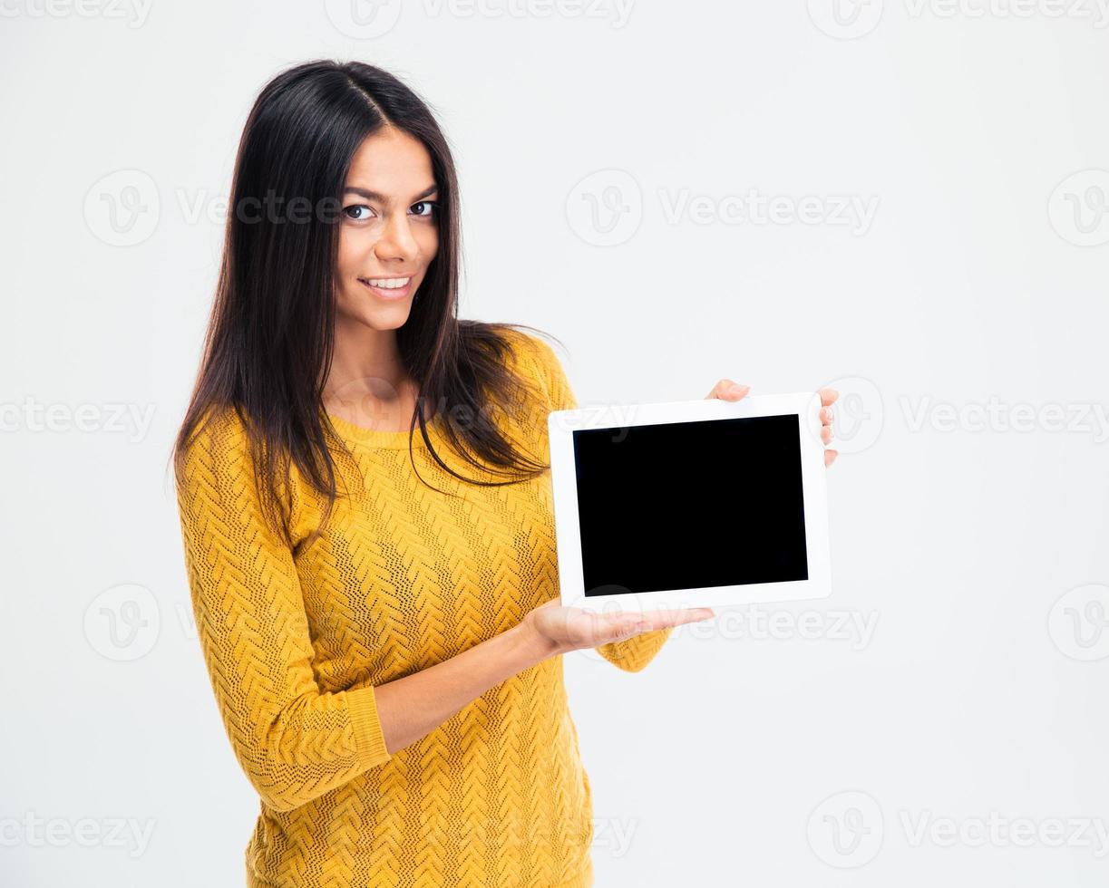 donna che mostra lo schermo del computer tablet vuoto foto